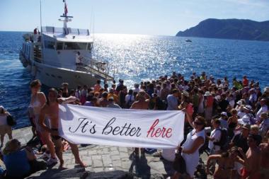 It's better here, expo de faixas - ©© KYD + Damiano Nigro August 2011 Liguria - Italy