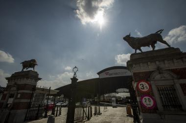 L'entrée historique du site des abattoirs d'Anderlecht et la grande halle. - ©ADT-ATO/Reporters