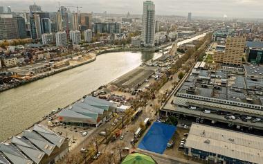 Le terrain se situe à l'angle de l'avenue du Port et de la rue de l'Entrepôt.  - ©sau-msi.brussels (Simon Schmitt - www.globalview.be)