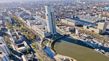 Le terrain se situe le long du Bassin Vergote au niveau de la courbe de giration du canal. - ©sau-msi.brussels (Simon Schmitt - www.globalview.be)