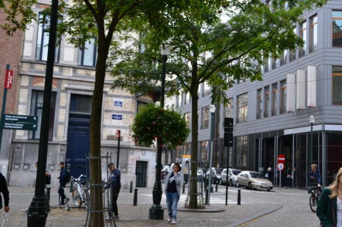L architecture contemporaine port e de casque le long du for Place du jardin aux fleurs
