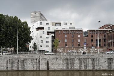 Zicht op de Belle-Vue-brouwerij vanaf de andere kant van het kanaal. - ©AC-GB Molenbeek