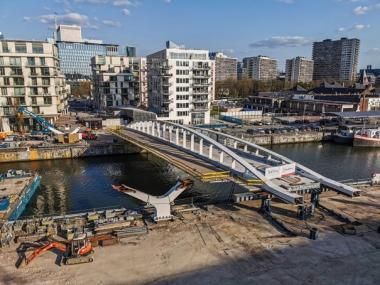 De installatie van het centrale brugdek van de Suzan Danielbrug tussen de Noordwijk en Thurn & Taxis.  - © Beliris